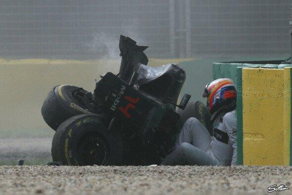 Fernando Alonso überstand einen Horror-Unfall in Australien unverletzt - Foto: Sutton