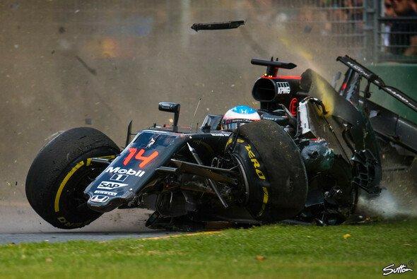 Der größte Aufreger beim Australien GP: Fernando Alonsos Horror-Unfall - Foto: Sutton