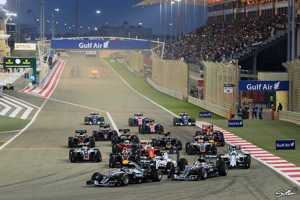 Lewis Hamilton und Nico Rosberg in der ersten Kurve in Bahrain - Foto: Sutton