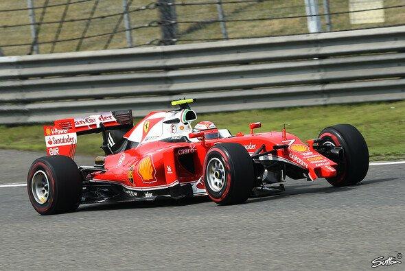 Kimi Räikkönen verlor durch den Crash mit Vettel Frontflügel und Siegchance - Foto: Sutton