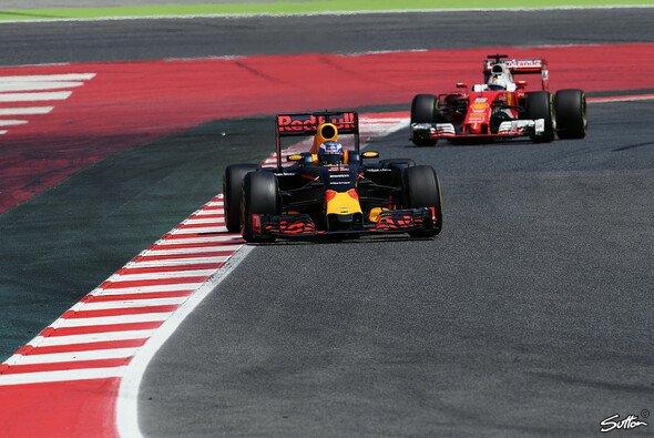 Sebastian Vettel und Daniel Ricciardo sind so gar nicht einverstanden mit ihren Dreistopp-Strategien beim Spanien GP - Foto: Sutton