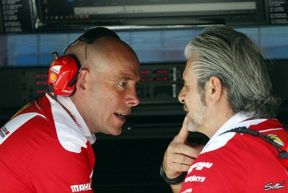 Neben Mercedes hatte auch Ferrari in Baku Probleme mit dem beschränkten Boxenfunk in der Formel 1 - Foto: Sutton