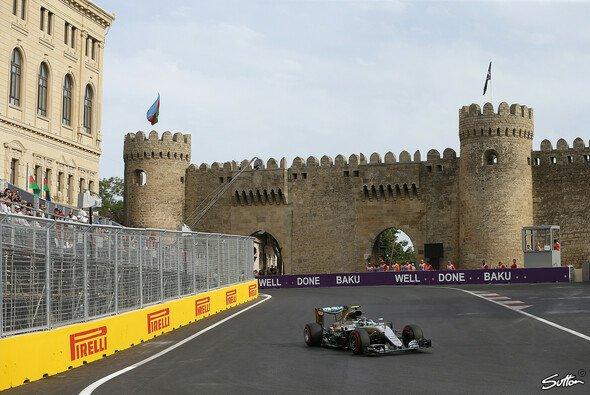 Nico Rosberg steht in Baku auf Pole - Foto: Sutton