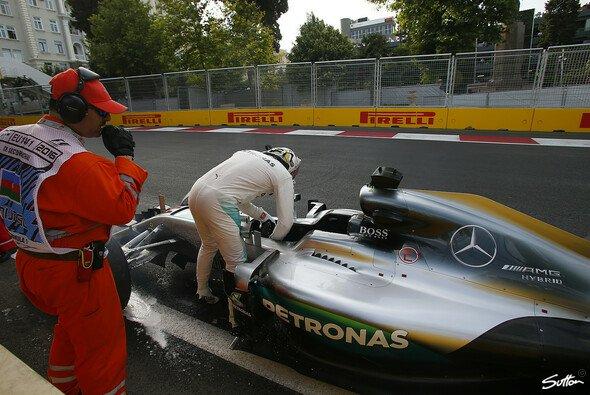 Nico Rosberg startet in Baku von der Pole Position, Lewis Hamilton crashte seinen Mercedes - Foto: Sutton