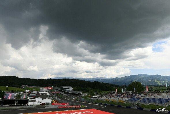 Das erste Rennwochenende der Formel 1 2020 beginnt mit dicken Wolken und Regen - Foto: Sutton