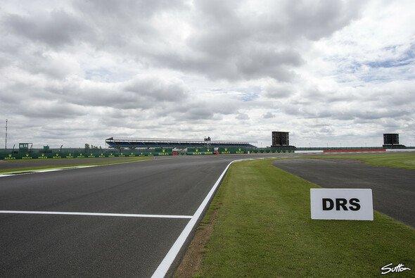 In Silverstone wird die umstrittene dritte DRS-Zone von 2018 wieder abgebaut - Foto: Sutton
