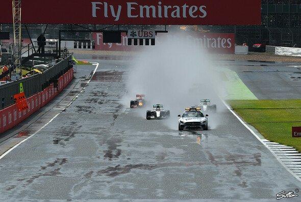 Das Rennen in Silverstone wurde hinter dem Safety Car gestartet - Foto: Sutton