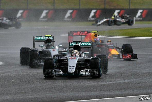 Mercedes-Pilot Lewis Hamilton hat den Großbritannien GP in Silverstone gewonnen, Nico Rosberg wurde nach einer Strafe Dritter - Foto: Sutton