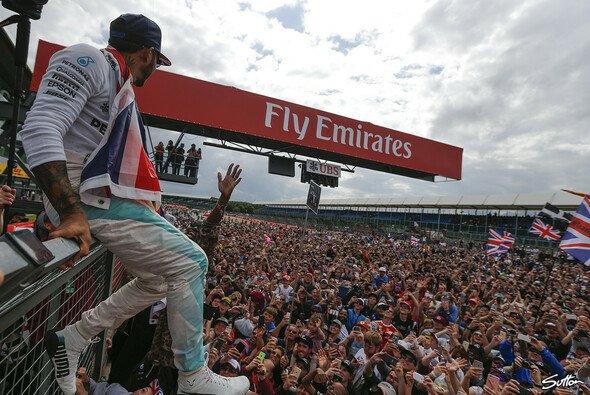 Lewis Hamilton auf dem Weg zu seiner Crowdsurfing-Party in Silverstone - Foto: Sutton