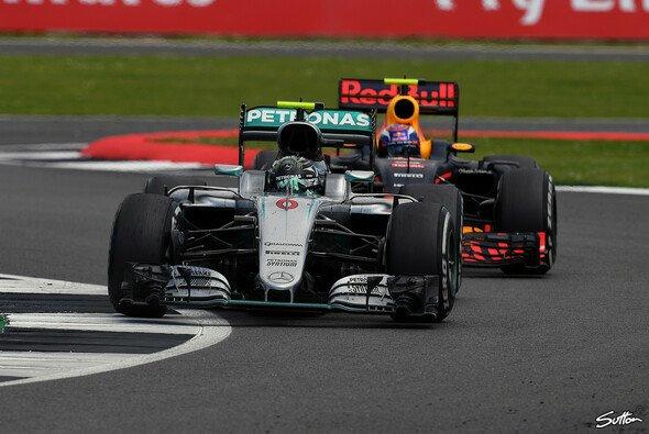 Verstappen und Rosberg lieferten sich ein sehenswertes Duell - Foto: Sutton