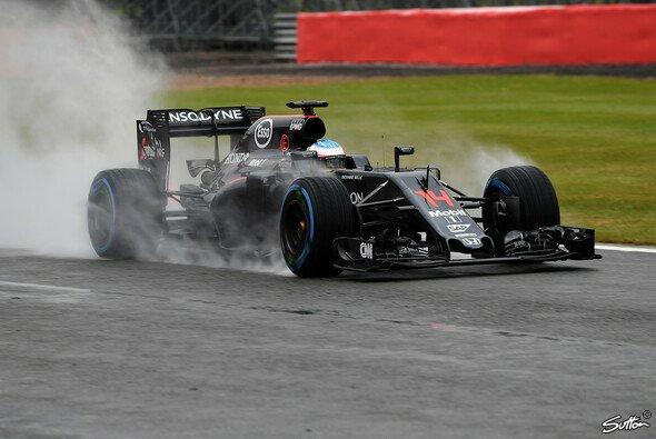 Alonso setzte in Silverstone die Bestzeit am ersten Testtag - Foto: Sutton