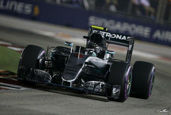 Mercedes-Pilot Nico Rosberg startet in Singapur von der Pole Position - Foto: Sutton
