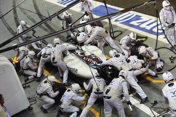 Wie die Stormtrooper aus Star Wars stürzen sich die Williams-Mechaniker beim Boxenstopp auf das Auto - Foto: Sutton