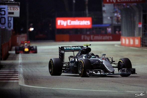 Mercedes-Pilot Nico Rosberg gewinnt in Singapur hauchdünn vor Red Bulls Daniel Ricciardo - Foto: Sutton