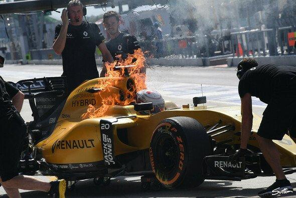 Kevin Magnussens Renault brannte im Training in Malaysia lichterloh - Foto: Sutton