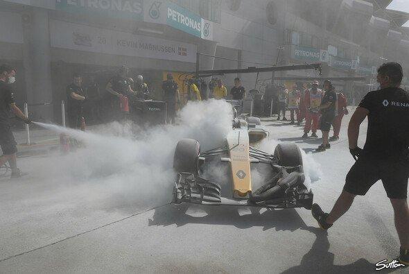 Der Renault von Kevin Magnussen wurde in Malaysia zum Feuerspucker - Foto: Sutton