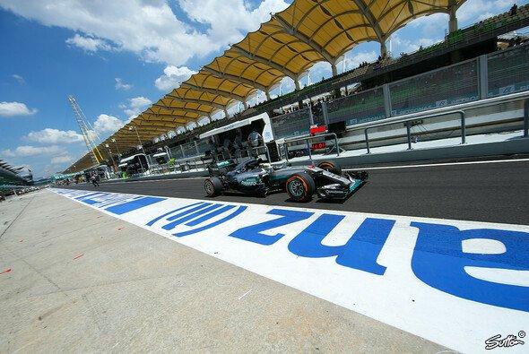 Lewis Hamilton holte in Malaysia überlegen die Pole Position - Foto: Sutton
