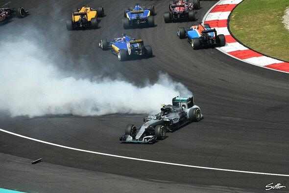 Nico Rosberg wurde in Malaysia von Sebastian Vettel abgeschossen - Foto: Sutton