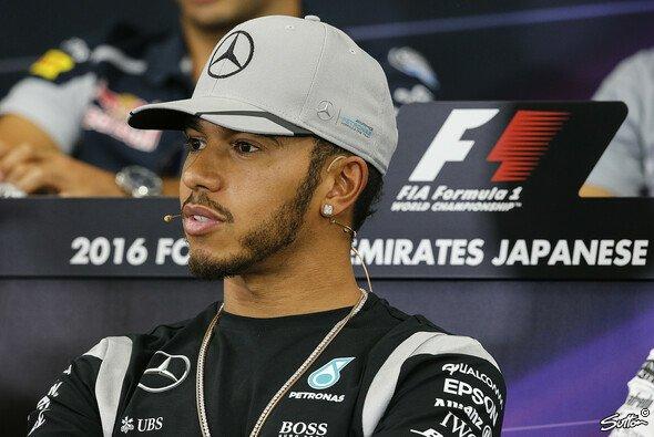 Lewis Hamilton sorgt mit seinem Verhalten für viel Aufsehen - Foto: Sutton