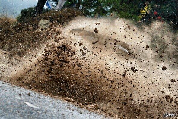Aufspritzender Schlamm und Dreck waren keine Seltenheit am Freitag der Rallye Spanien - Foto: Sutton