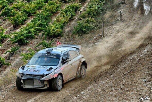Thierry Neuville büßte bei der Rallye Spanien die Front seines Hyundai ein - Foto: Sutton