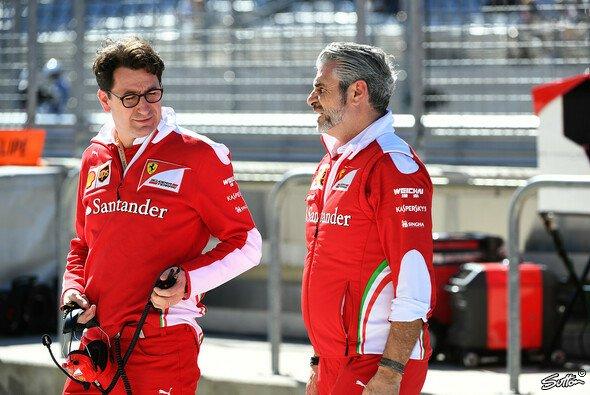 Neo-Ferrari-Teamchef Mattia Binotto mit seinem Vorgänger Maurizio Arrivabene - Foto: Sutton