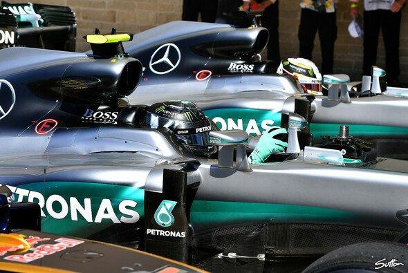 Lewis Hamilton (hinten) hat beim USA GP in Austin die Pole gesetzt, Nico Rosberg wurde Zweiter, Daniel Ricciardo (vorne noch leicht zu erkennen) Dritter - Foto: Sutton