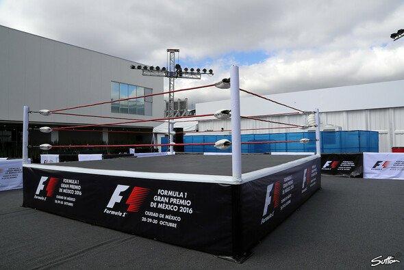 Im Paddock von Mexico City ist ein Wrestling-Ring aufgebaut. - Foto: Sutton