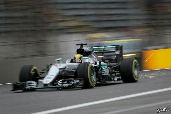 Lewis Hamilton fährt zu seiner zweiten Pole Position beim Brasilien GP - Foto: Sutton