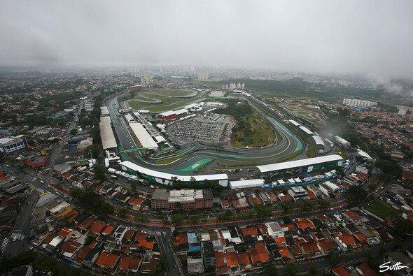 Der Formel-1-Kurs von Interlagos befindet sich in prekärer Lage am Rand Sao Paulos - Foto: Sutton