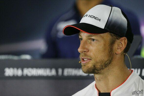 Er kann auch Simracing: Jenson Button ist beim Legendenrennen von All-Star Esports erfolgreich - Foto: Sutton