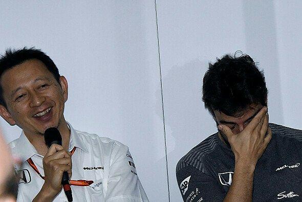 Symbolträchtiger geht nicht: McLaren-Pilot Fernando Alonso und die Honda-Techniker - Foto: Sutton