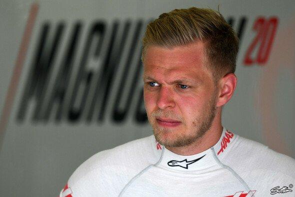 Kevin Magnussen flucht nach dem Frankreich-Qualifying auf Kimi Räikkönen - Foto: Sutton