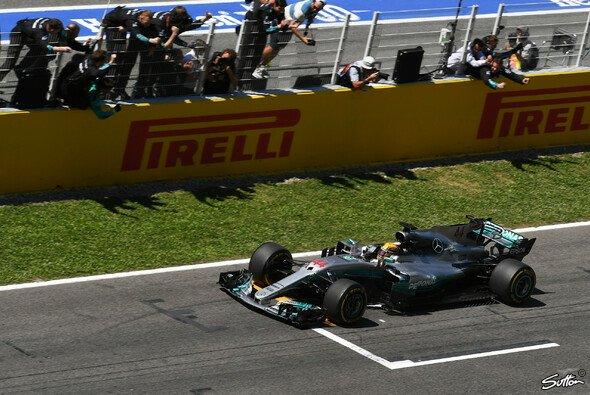 Lewis Hamilton setzte sich auf der Strecke gegen Sebastian Vettel durch - Foto: Sutton