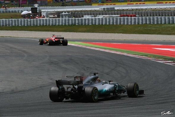 Mercedes' Lewis Hamilton sieht sich weiterhin in der Ferrari-Jägerrolle - Foto: Sutton