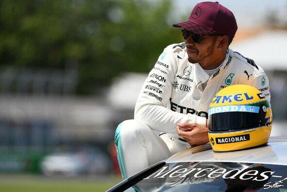 Lewis Hamilton wurde Ayrton Sennas Helm überreicht - Foto: Sutton