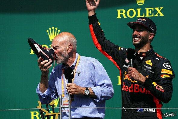 Daniel Ricciardo gönnte sich mit Sir Patrick Stewart einen Shoey - Foto: Sutton