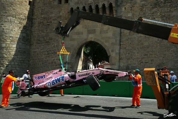 Sergio Perez flog in Baku in der engen Burg-Schikane ab - Foto: Sutton