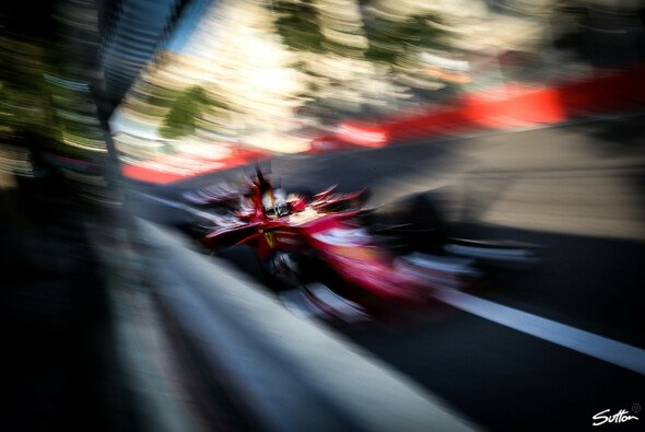 Sebastian Vettels Baku-Rammstoß gegen Lewis Hamilton ist der Formel 1 nach wie vor in guter Erinnerung - Foto: Sutton