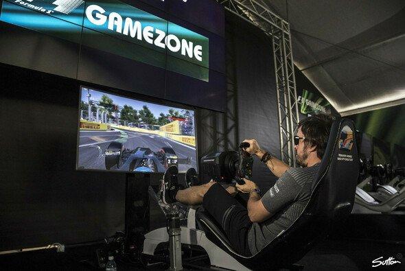 Auch Fernando Alonso hat seinen Spaß am Zocken - Foto: Sutton
