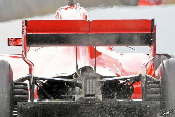 Bei Ferrari raucht es aus dem Heck - Foto: Sutton