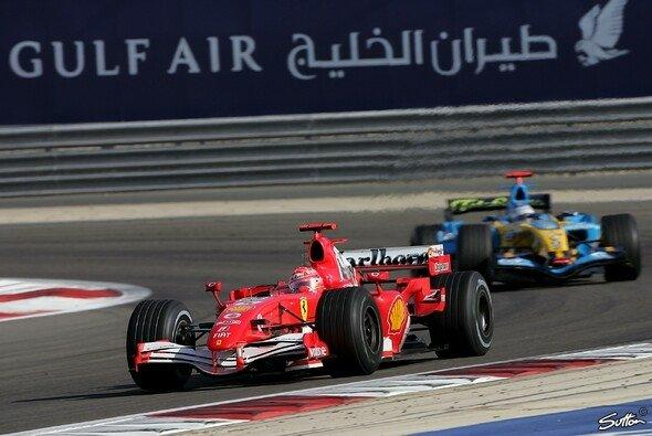 Michael Schumacher und Fernando Alonso lieferten sich 2006 in Bahrain ein packendes Strategie-Duell - Foto: Sutton
