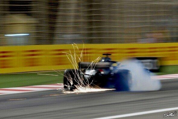 Lewis Hamilton wird beim Bahrain GP um fünf Startplätze nach hinten versetzt - Foto: Sutton