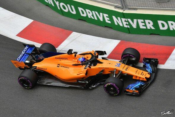 Fernando Alonso blieb in Baku trotz eines schwer beschädigten McLaren im Rennen - Foto: Sutton