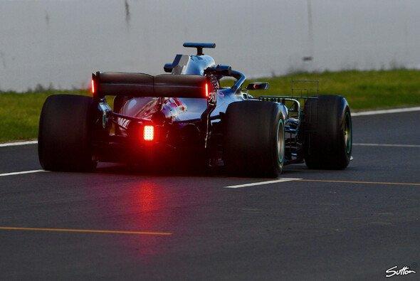 Mercedes mit Heckflügel-Licht beim Formel-1-Test in Barcelona - Foto: Sutton