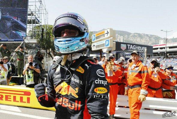 Ricciardo jubelt, er steht bei der Formel 1 in Monaco auf Pole - Foto: Sutton