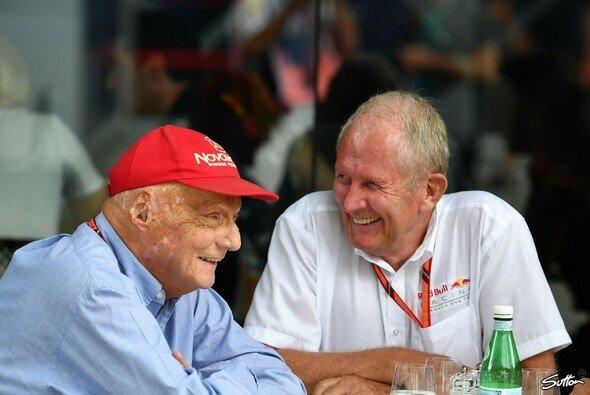 Niki Lauda und Helmut Marko verstehen sich bestens - sticheln aber gerne mal gegeneinander - Foto: Sutton