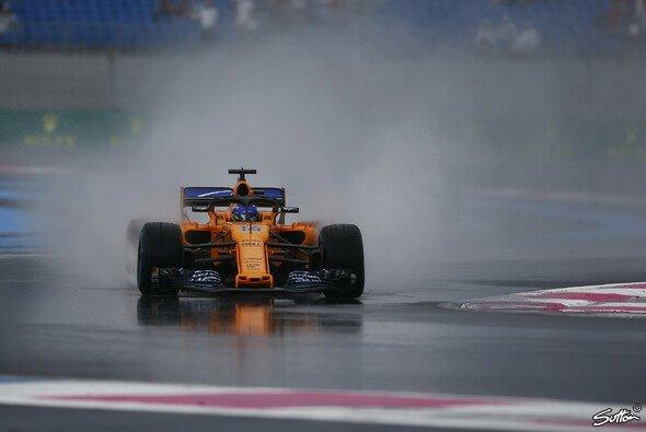 Fernando Alonso traute sich als erster Pilot auf Regenreifen auf die Strecke - Foto: Sutton