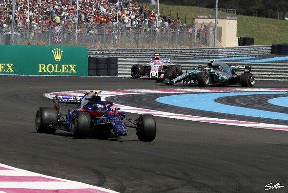 Pierre Gasly (vorne) musste nach Unfall mit Esteban Ocon (hinten) wie sein Landsmann das Rennen aufgeben - Foto: Sutton