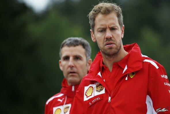 Sebastian Vettel wirft beim Track Walk einen besonders kritischen Blick auf die dritte DRS-Zone in Spielberg - Foto: Sutton